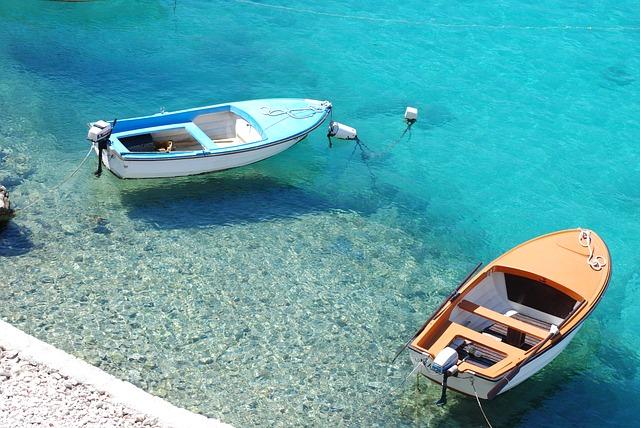 čluny u pobřeží