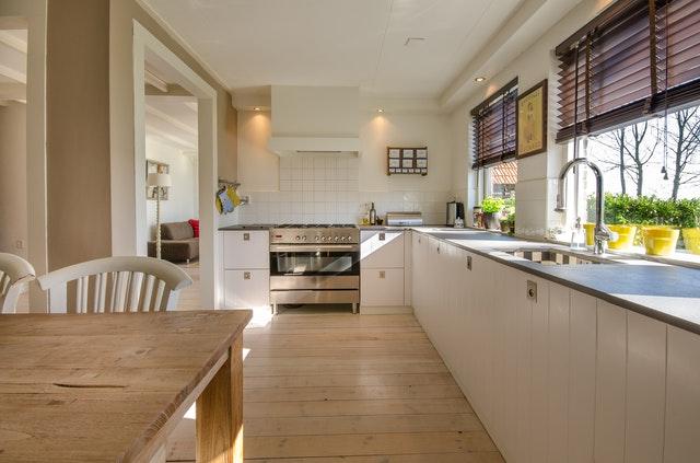 uklizená bílá kuchyň a čisté okno