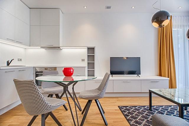 kuchyňský kout s židlemi a obývací stěnou